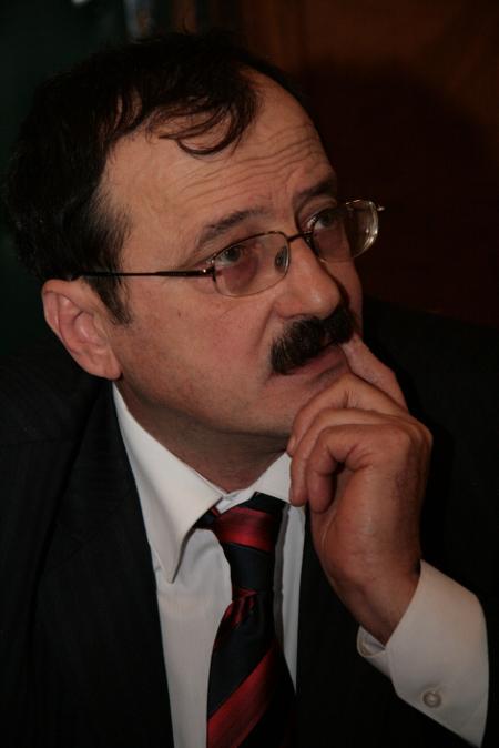 """Деканът на Юридическия факултет на СУ """"Св. Климент Охридски"""" до 2012 г. Тенчо Колев е роден на 16.09.1953 г. Завършил е Френската гимназия в София и право в СУ """"Климент Охридски"""" през 1978 г. Като задочен аспирант е работил в Главно следствено управление. Освен преподавател е бил и адвокат от 1991 г.до 1997 г . През 1998 г. става доцент, а през 2006 г. – професор. От месец май 2007 г. до 2012 г. е декан. Преподава """"Обща теория на правото"""". Бе ръководител е на експертната група по законодателството към кабинета на Сергей Станишев като министър- председателя."""