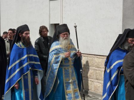 Отец Касиан и събратята му в ритуална обиколка на църквата на празника Благовещение на 7 април – както си му е редът, според истинския календар на православието.