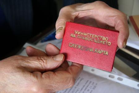 Съдия Луканов показва служебната си карта – свидетел на 38-годишния му магистратски стаж, изкаран в заточение или пък в забвение!?