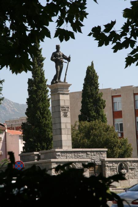 Какво ли би казал легендарният Хаджи Димитър за раздора между прокуратурата и кмета на Сливен. Барелефът с фигурата му е на равно отстояние и от Съдебната палата, и от кметството.