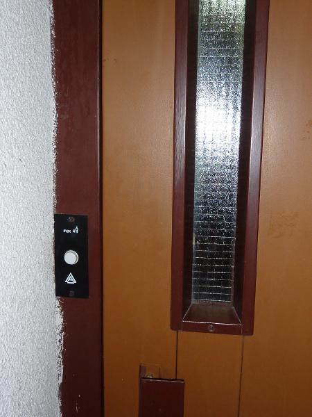Масовият асансьор - БГ производство, няма опасност да бъде въвлечен в картел. Той е с непретенциозен вид, но с доста опърничав характер – подканя те, когато волно подскачаш по стълбището, но ако си уморен започва да зацикля, а пък ако торбите ти са тежки – брутално блокира.