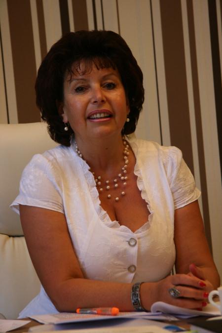 """Сливенската прокуратура внесе обвинителен акт и срещу заместник кмета Недка Енергиева с обвинение, че била съставила неистински документ. А именно, че е подписала и подпечатала (докато кметът Йордан Лечков бе отстранен от длъжност от прокуратурата) решение за избор на изпълнител на обществените поръчки за периода 2010 – 2014 г. в Сливен. Районният съд я призна за невинна, тъй като г-жа Енергиева е положило личния си подпис и го е скрепила с личния си печат """"Кмет № 2"""", който явно идентифицира, че подписът не е положен от титуляра, а от заместващия го, който изрично е е бил оправомощен, съгласно чл.39 ал.2 от Закона за местното самоуправление и местната администрация. Община Сливен е от малцината администрации в страната, които от осем години стриктни прилагат законовите норми за съхранение и полагане на печата. Прокуратурата протестира опровдотелната присъда."""
