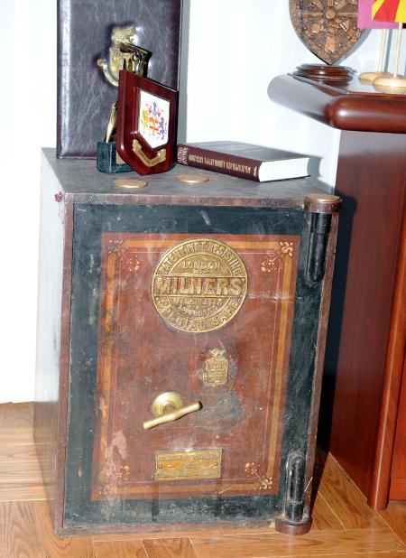 Старинната каса, която и работи, в кабинета на председателя на колегията.