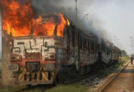 Пътническият влак по линията София - Пловдив, който горя през 2008 г. Подобни инциденти са доста честотни в родното ЖП реалити и пътниците се вълнуват да стигнат живи и здрави и на последно място - ще има ли закъснение и ще хванат ли връзката с друг превоз