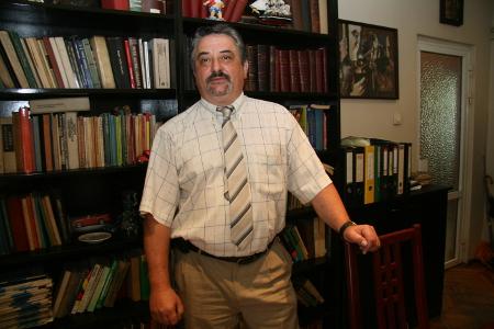 """Петър Китанов е кореняк софиянец. Завършил е право в Юридическия факултет на СУ """"Св. Климент Охридски"""" през 1983 г. Около година е бил юрисконсулт, поради обявена нулева година за прием на младши адвокати, но от лятото на 1984 г. до ден-днешен е адвокат. Син е на небезизвестния голям български адвокат Иван Китанов. Занимава се предимно с наказателно право, а също така с облигационно, административно-наказателно и административно. Със съпругата си Силва Петкова, която също е адвокат, имат две деца."""