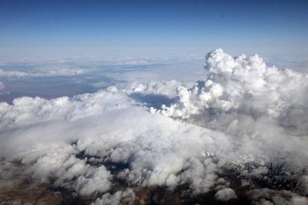Типичен пример за извънредно обстоятелство бе изригването на вулкани в Исландия, които буквално парализираха самолетния трафик над Атлантическия океан.
