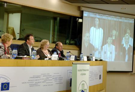 10 януари 2007 г. – в първите дни като евродепутат Атанас Папаризов и колежката му от Белгия Миа де Витз (в ляво от него) с участието на Асоциацията на медицинските сестри в Белгия отправиха апел за защита на нашите медицински сестри в Либия и на палестинския лекар.