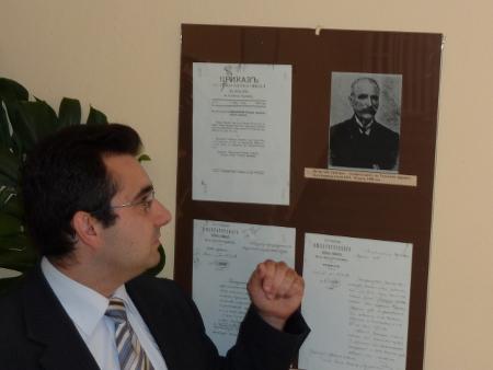 Съдия Алексов показва портрета на първия местен подпредседател на Трънския окръжен съд Петър поп Григоров след създаването му на 1 юли 1879 г.
