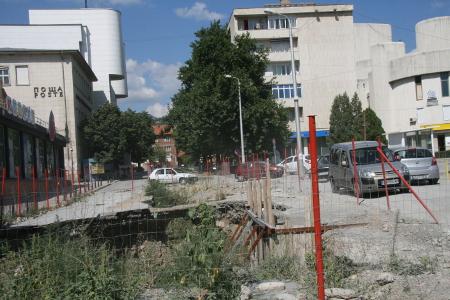 """Изкопи от недовършения водопровод до изрядно ремонтираната гимназия """"Добри Чинтулов""""."""