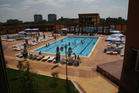 Басейнът в личния хотел на кмета Йордан Лечков е достъпен за децата на Сливен на преференциална цена от 3 лева.