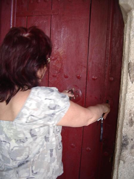 Старинният железен ключ иска сръчност и сила, за да отвори вратата на приказния храм.