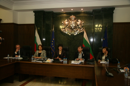 Изпитната комисия се подготвя за изслушването на 6 април 2011 г. – Лозан Панов, Татяна Върбанова, Павлина Панова, проф. Снежана Начева и Ренета Николова (от ляво надясно).