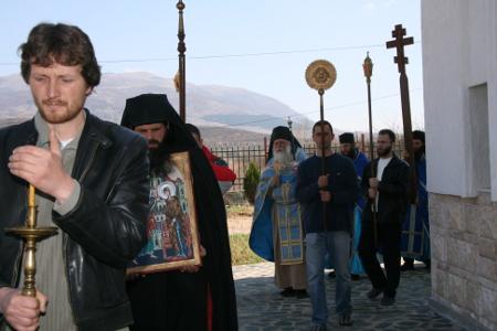 """На службите в """"Св. Благовещение"""" край с. Копиловци със всеки изминал ден се стичат все повече миряни, разочаровани от официалната Българска православна църква."""