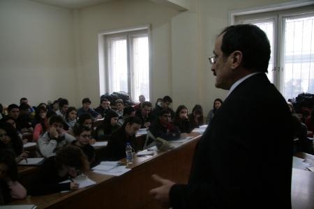 Професорът се шегува на перфектен френски с ректора на университета в Страсбург проф. Флоранс Беноа-Ромер.