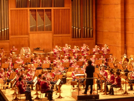 Диригентът на Софийската филхармония Мартин Пантелеев като предводител на Гвардейския представителен духов оркестър.