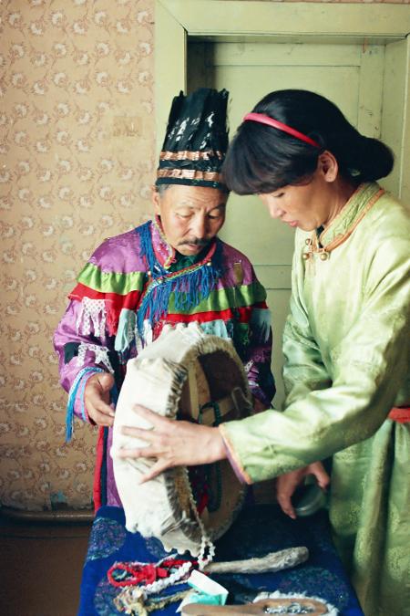 """Шамани от Тува. Жената се нарича Урана, а мъжът е дал обет за мълчание и не приемаше никого в """"кабинета"""" си в Дома на шаманите в Къзъл."""
