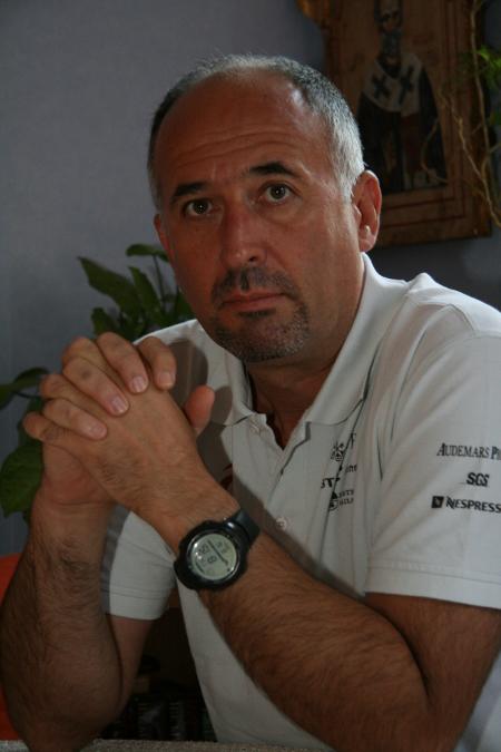 """Илия Антонов е пенсиониран полковник от МВР. Завършил е военно училище, Военната академия """"Г.С.Раковски"""" и академията на ФБР в САЩ. Кариерата му минава в специализирани полицейски формирования – жандармерията в Пловдив, зам. командир на червените барети във Враня, в НСБОП. Две години в периода 2004 – 2006 г. служи в силите на ООН в Косово. Отново през 2008 – 2010 г. е в Косово, този път в екипа на Европейския съюз и ООН, който имаше за задача да проведе прозрачно кадруване на магистратите в съдебната система на младата държава. Към момента е консултант в сферата на сигурността и преподавател по национална сигурност в Нов български университет."""