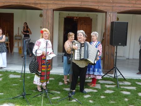 """Дамите от чителище """"Белите брези"""" в изпълнение на """"Песен за България"""""""