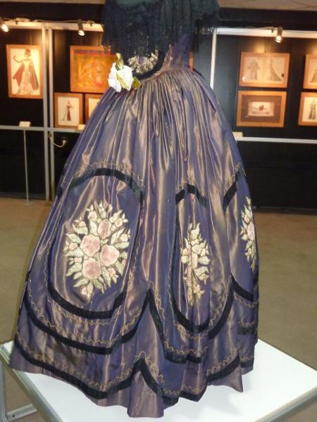 """Тоалетът на Виолета в """"Травиата"""", носен от звездата Клаудия Муцио през 1928 г. е най-стария в експозицията."""