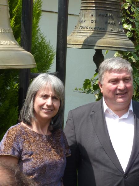 Виципрезидентът Маргарита Попова и председателят на Отечествения съюз Симеон Симеонов пред новата ни камбана.