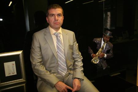 Адвокат Менко Менков в кантората си до любимата пластика на великия Луис Армстронг.