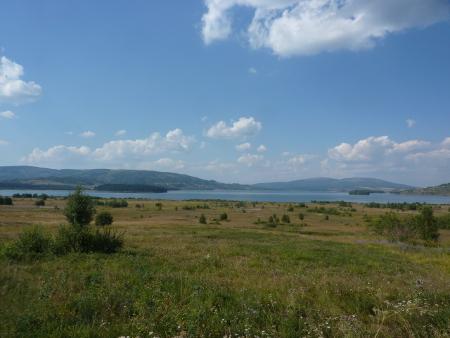 Власинското езеро е невероятно и като природа и като предизвикателство да се слееш с нея по един позабравен начин.