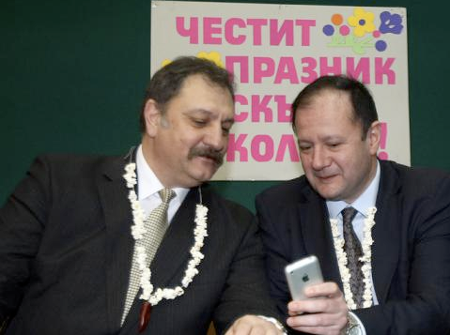 На Бабин ден 21 януари 2009 г. Михаил Миков, като министър, на вътрешните работи, с възторг демонстрира възможностите на новия си Iphone пред здравния министър Евгений Желев.