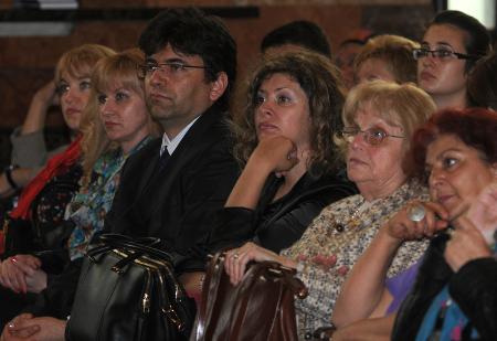 Сред магистратите на първия ред на конференцията бе и любимият учител на Атанас Семов от Класическата гимназия - Гергина Тончева (б.а. легендарната директорка на Класическата гимназия от нейното създаване през 1976 г. до преди няколко години). Дамата в бяло – втората от дясно наляво.