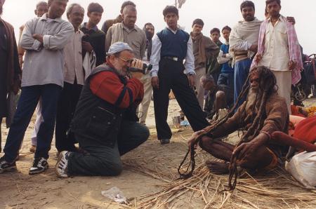 Генов в акция - снима индийски садху, просещи философи и скитащи проповедници, на празника Маха Кумбх Мела, най-голямото поклонничество на земята, в което само за ден дойдоха 30 милиона души. Такива празници обединяват индийците, а благодарение на тях Махатма Ганди победи.