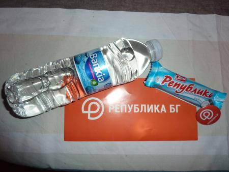 """При регистрацията делегатите освен карта получаваха значка с логото на партията и тематични подаръци – шоколадово десертче """"Република"""" и бутилка минерална вода """"Банкя""""."""