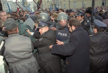 Филип Димитров нежно подбутва полицаите, биещи протестиращите.