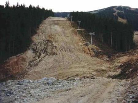 """Според съдебната експертиза изгражаданият от """"Юлен""""АД нов четириседалков лифт тип """"Купелбар"""" в Банско се простира значително извън консецисионната територия в Природен парк """"Пирин"""""""