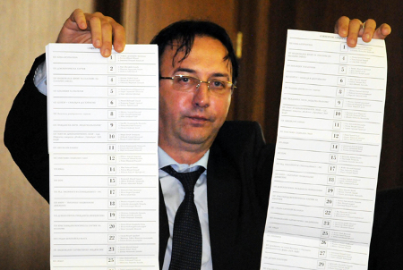 """Коментатори сравниха маниера на зам. градския прокурор на София Роман Василев с този на фокусник, когато на пресконференция изтипоса пред журналисти за сравнение на """"арестувана"""" бюлетина с такава от ЦИК."""