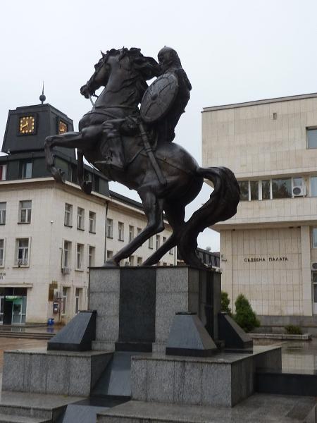 Паметникът – символ на българския дух, в центъра на Ловеч бди над трите стълба на демокрацията във възрожденския град – общината, областната управа и съдебната палата.
