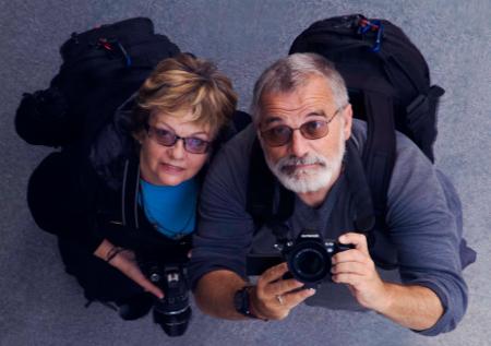 """Авторите Румяна Николова и Николай Генов, които се семоопределят като """"скитническо семейство, пристрастено към пътуванията и се измъчваме, ако не дишаме праха на пътищата и нямаме """"кални спомени"""" от това по обувките си""""."""