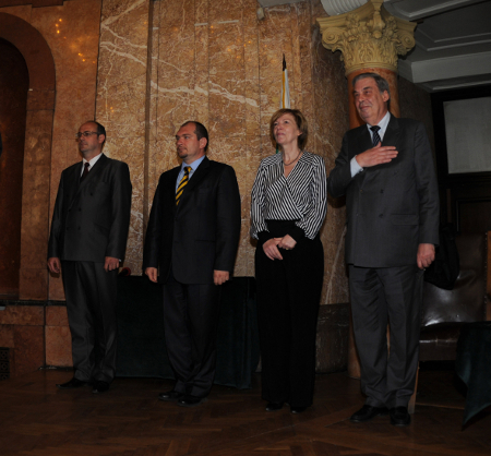 Прави пред химна на Европа – проф.Жан-Пол Жаке, проф. Флоранс Беноа – Ромер, министър Драгомир Йорданов и д-р Атанас Семов ( от дясна наляво)