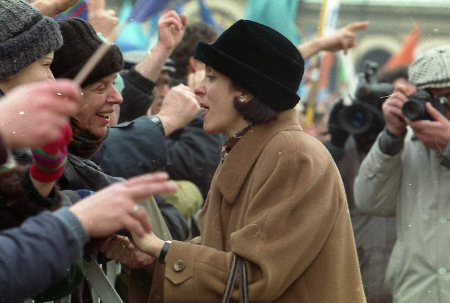 Хубавото Наде – както през 1997 г. наричаха жадните за демокрация Надежда Михайлова, днес прави опит отново да ги омая.