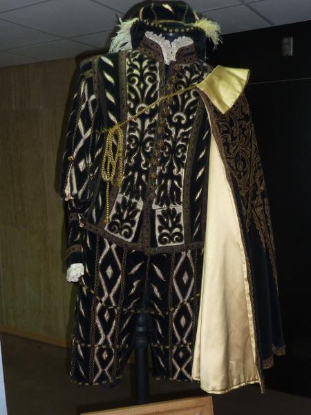 """Звездата на италианската опера Белиамино Джили и бил пременен с този костюм през 1937 г. в ролята на Херцогът на Мантуа в """"Риголето""""."""